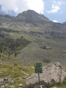 señal que indica el camino hacia el refugio de goriz y monte perdido